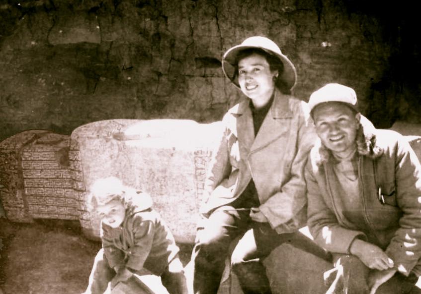 Julia_Elena_Fortún,_Carlos_Ponce_Sanjines_y_su_hija_Naya_en_Tiwanaku